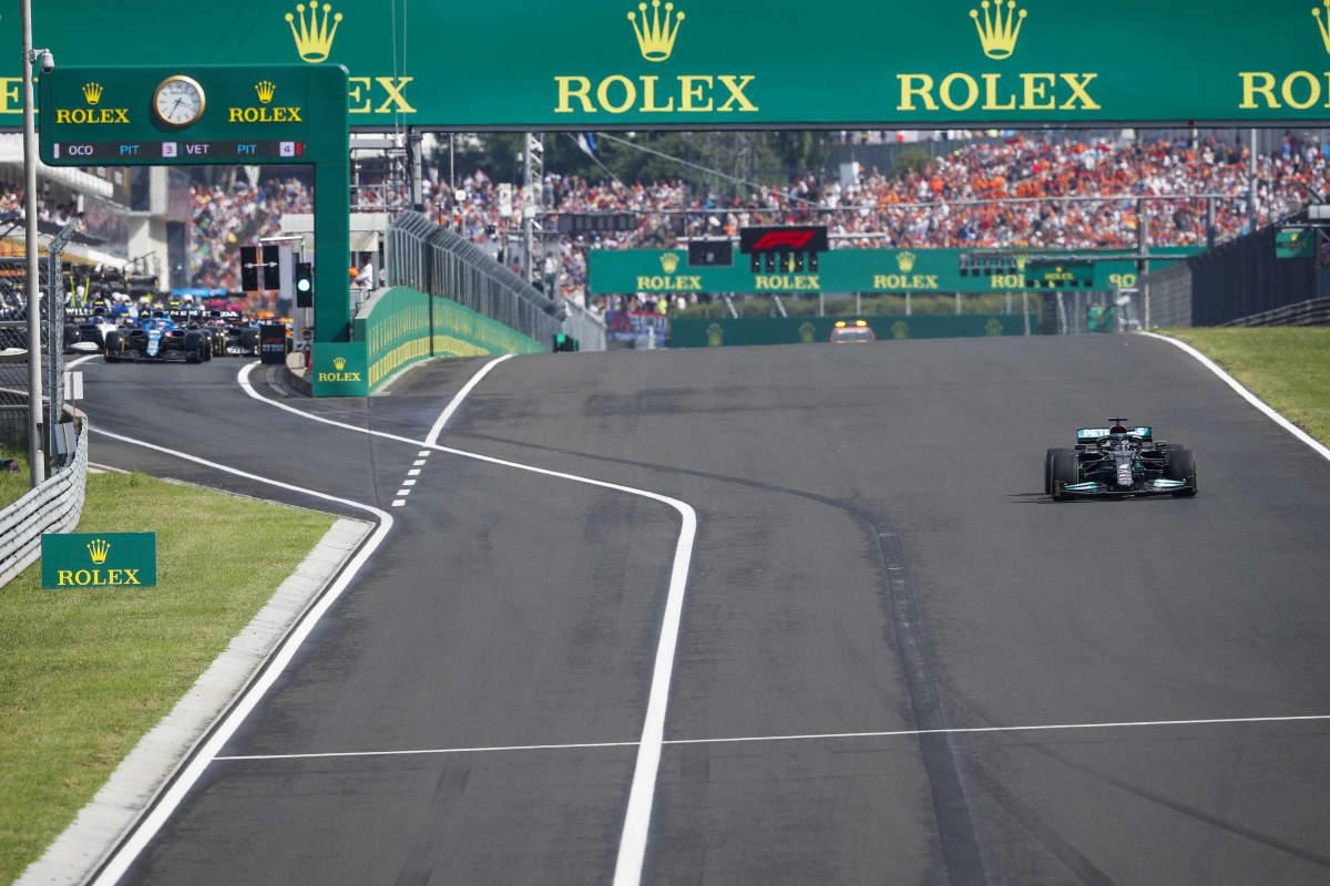 Lewis Hamilton starttasi yksinään lähtöruudusta, kun muut starttasivat varikolta.