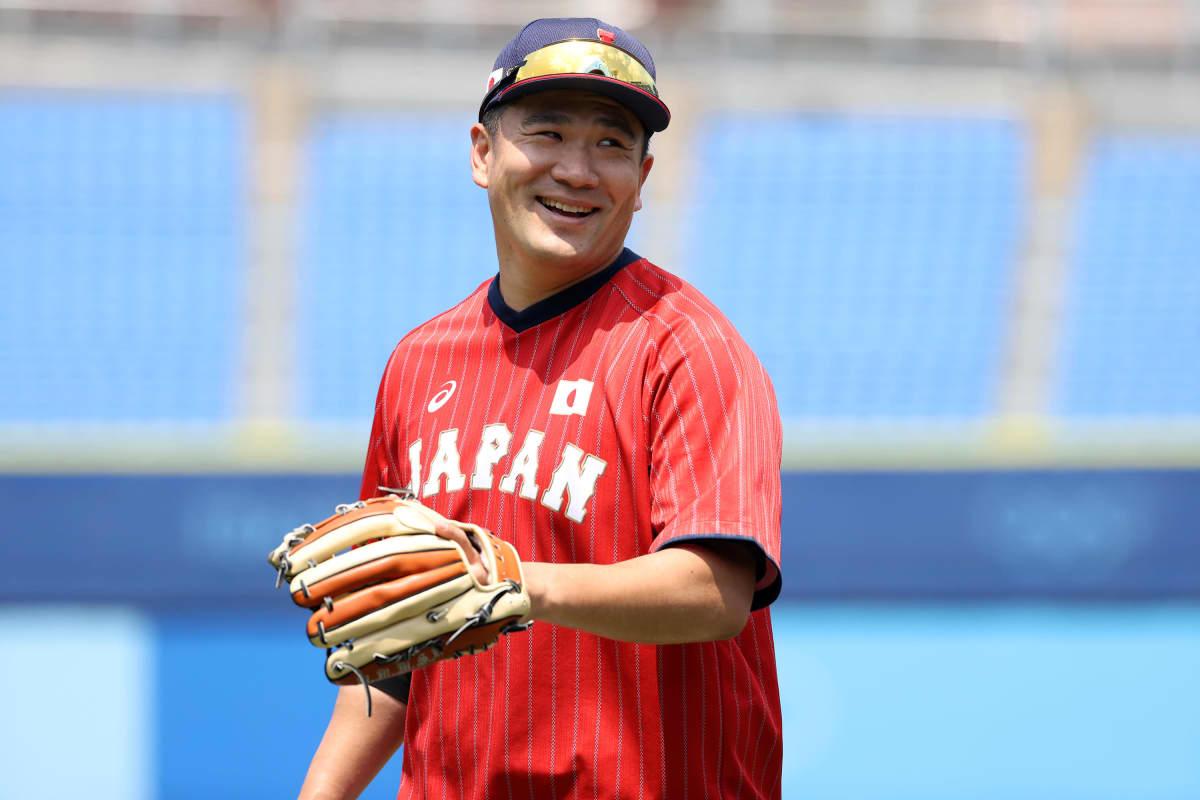Masahiro Tanaka hymyilee räpylä kädessään.