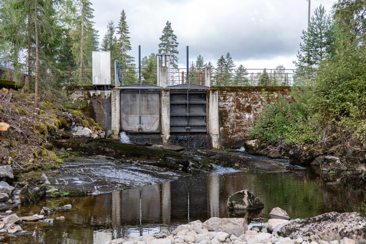 Hiitolanjoen Kangaskosken pato, joka puretaan pois.