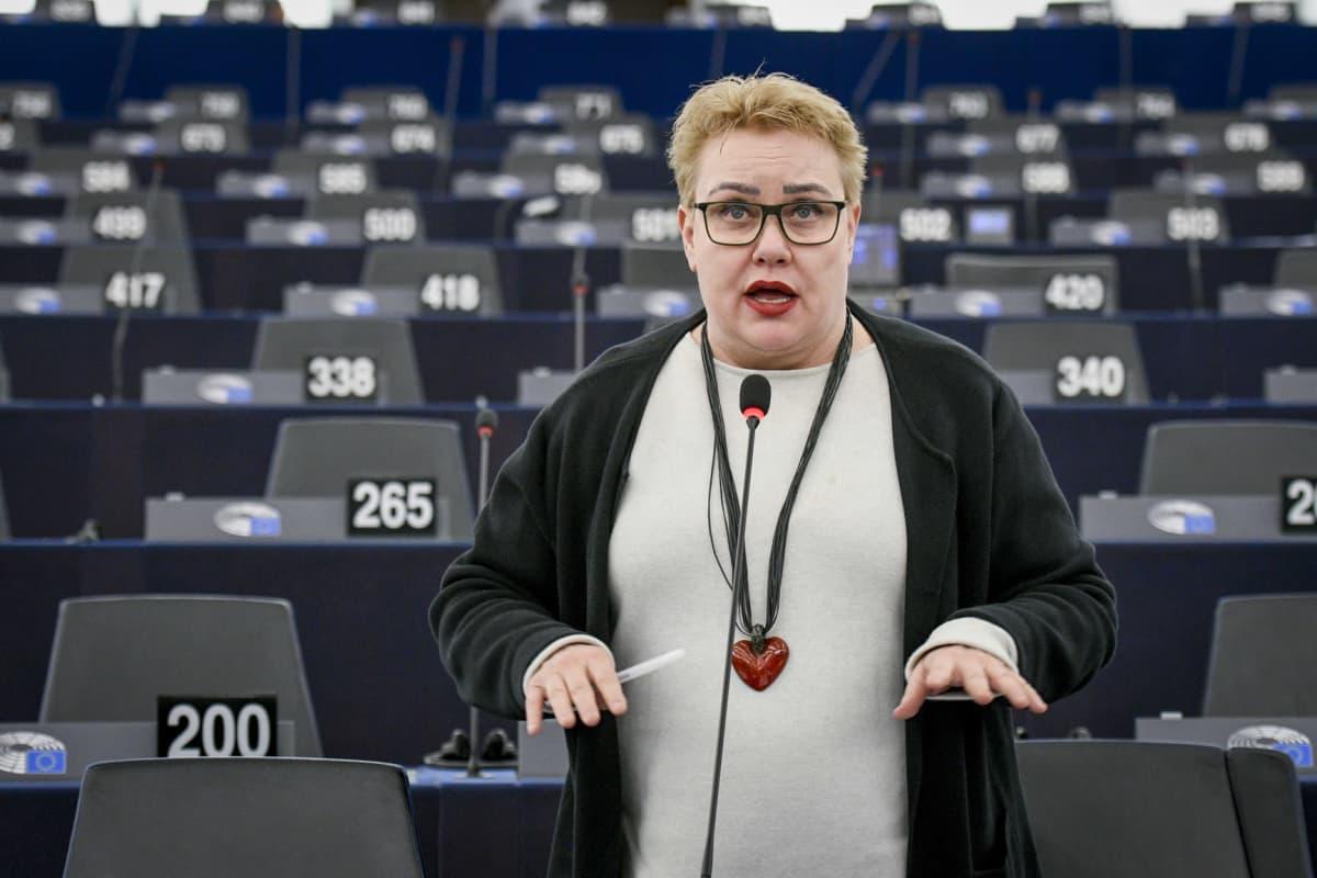Sirpa Pietikäinen puhumassa Europarlamentissa.