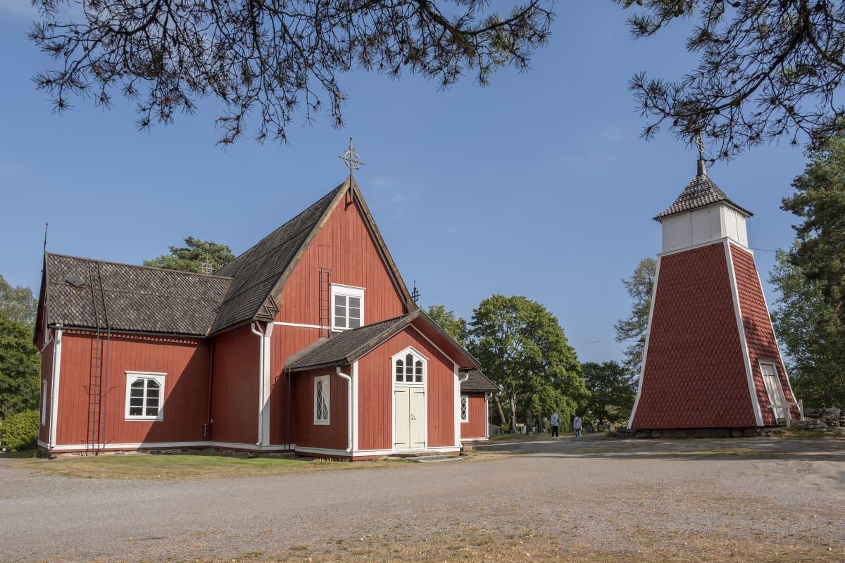 Kustavin punainen kirkko ja kellotorni.