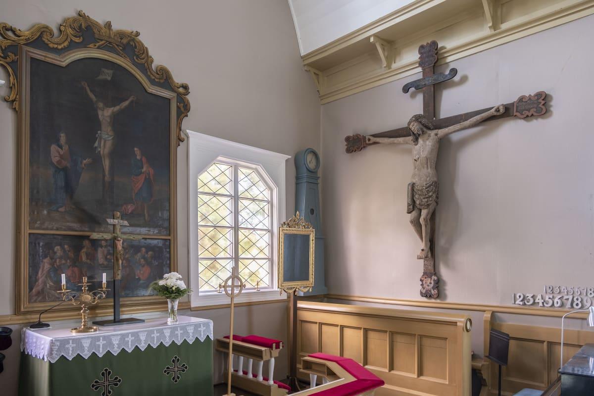 Kustavin kirkon alttaritaulu ja Jeesus ristillä.