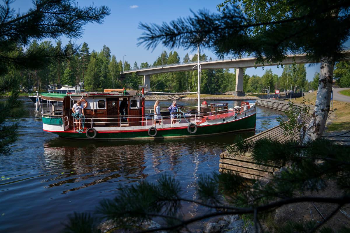 Laiva saapuu Karvion kanavaan, heinävedellä.