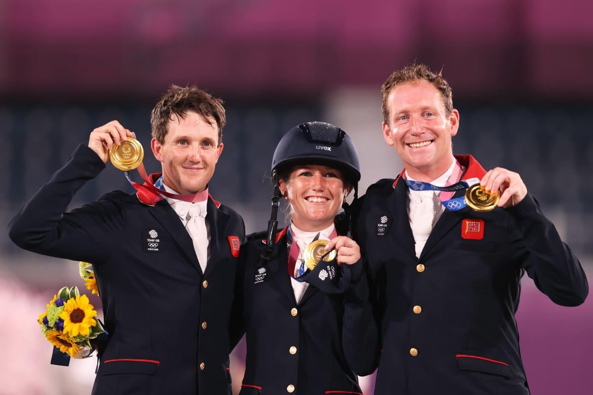 Laura Collett, Tom McEwen ja Oliver Townend juhlivat olympiakultaa.