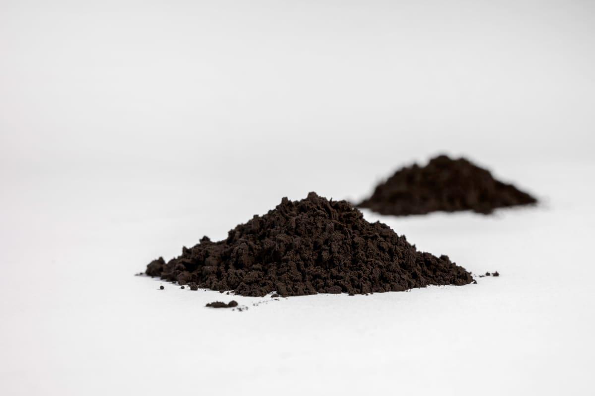 Puupohjaista ligniinijauhetta, jota voidaan käyttää akkujen anodimateriaalina.