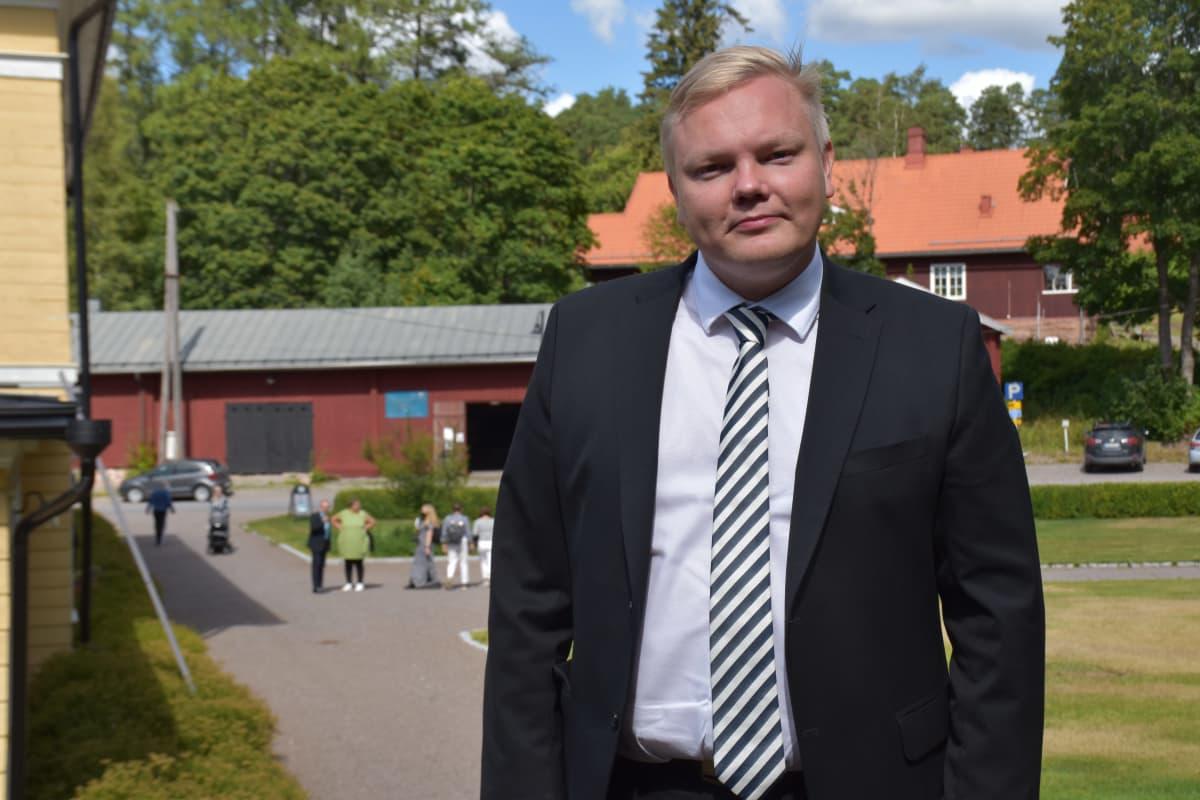 Tiede- ja kulttuuriministeri Antti Kurvinen Euran Kauttuan Ruukinpuistossa kesällä 2021.