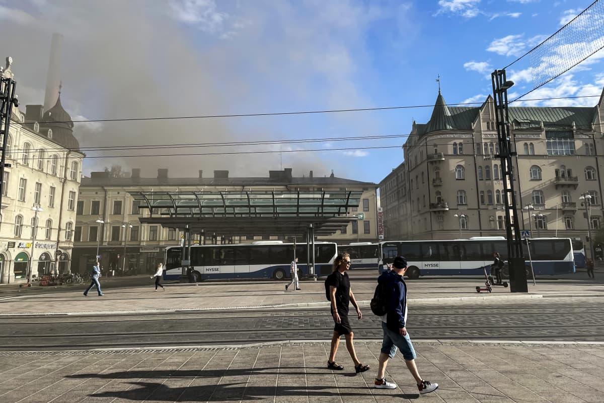 Tampereen Hallituskadulla syttyneen tulipalon katutason ravintolan palosta tulevaa savua .