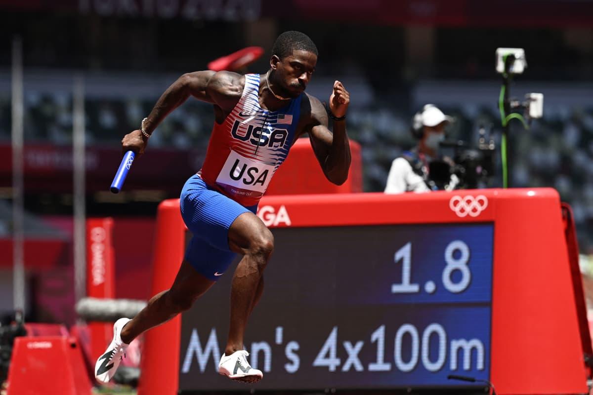 Trayvon Bromell vie USA:n viestiä Tokion olympialaisissa.