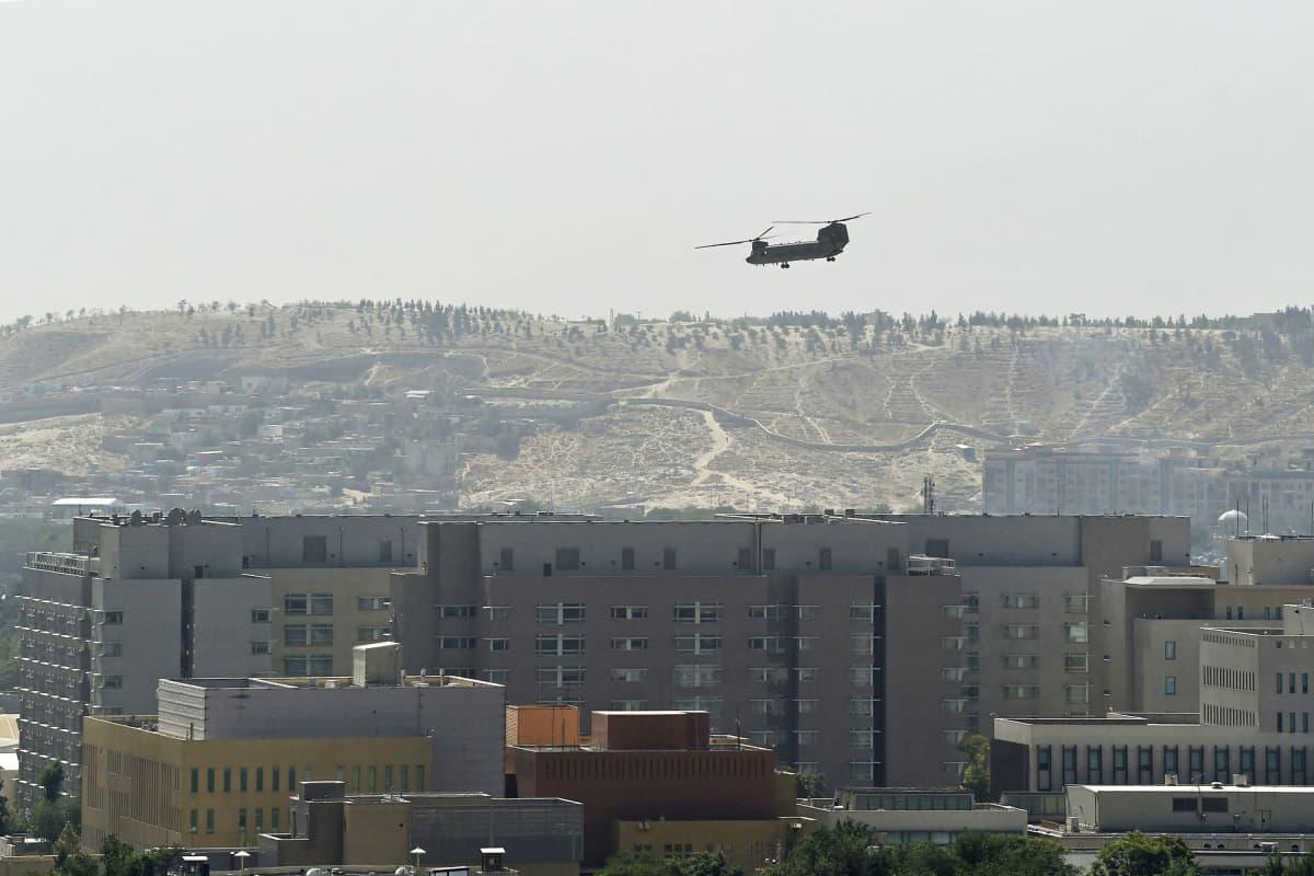 CH-47 Chinook -kopteri Yhdysvaltain suurlähetystön yllä Kabulissa