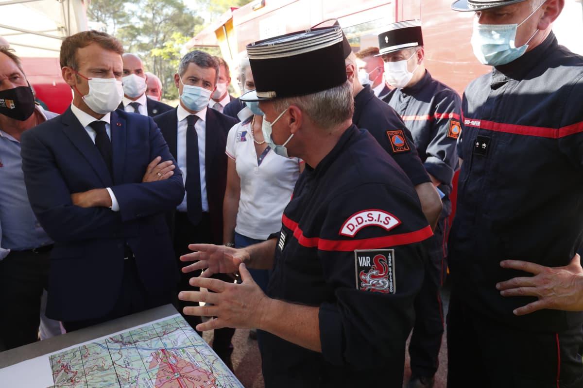 Presidentti Emmanuel Macron tapasi palomiehiä Sain-Tropez'n lähellä tiistaina.