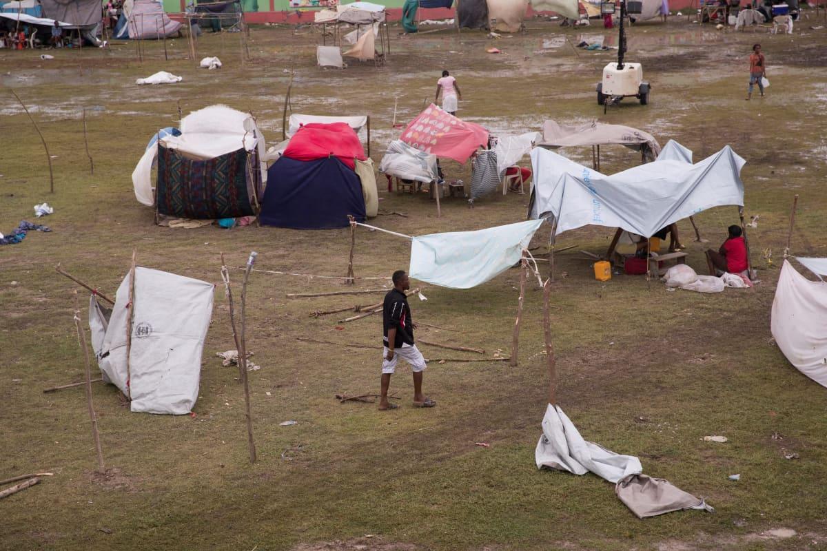 Kotinsa maanjäristyksessä menettäneiden haitilaisten pystyttämiä leirejä Gabionin stadionilla Les Cayesissa, Haitilla