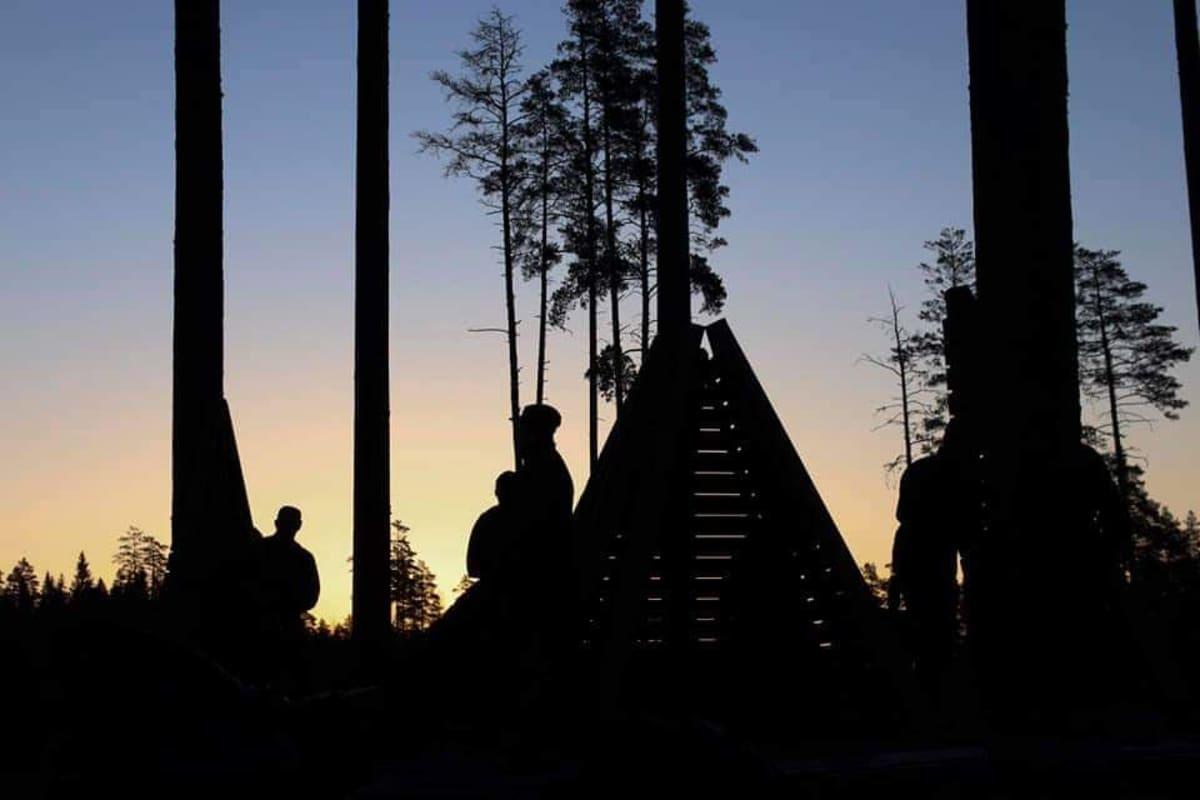 Varusmjiehiä illalla teltassa metsässä