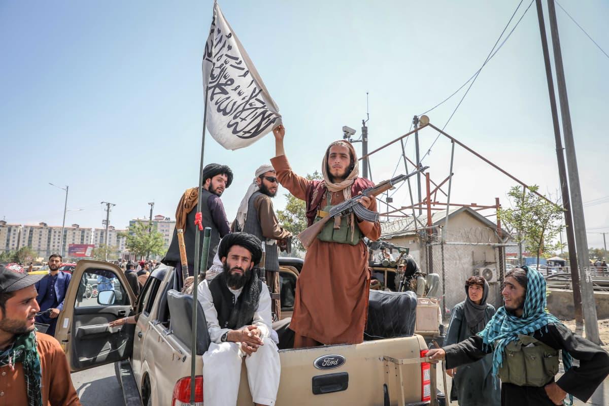 Talibanin taistelijoita auton lavalla Kabulissa.