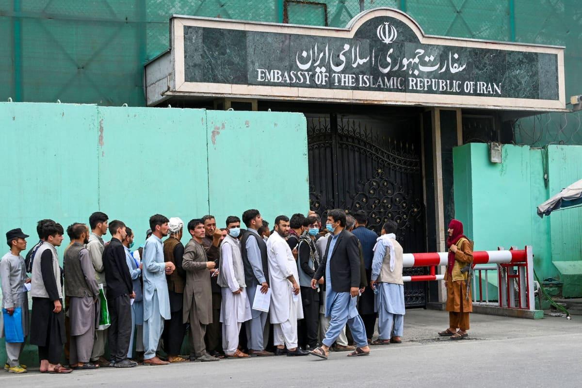 Afganistanilaiset jonottavat Iranin suurlähetystön edessä.