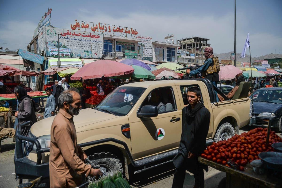 Taliban-taistelijat partioivat autolla torilla Kabulissa.