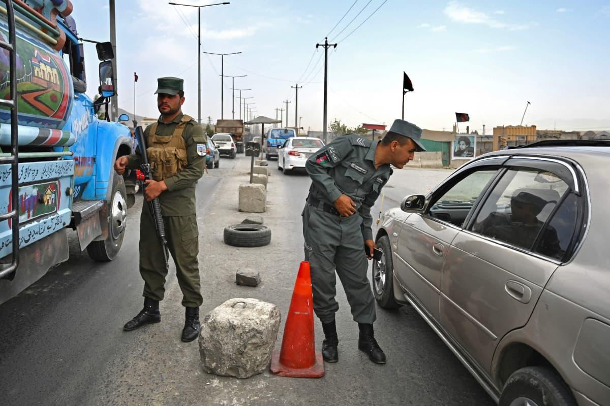 Afganistanilaiset poliisit tarkastuspisteellä Kabulissa.