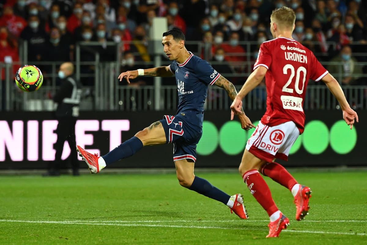 PSG:n Angel Di Maria laukoo maalin joukkueelleen Brest-ottelussa. Jere Uronen myöhästyy hieman tilanteesta. 20.8.2021