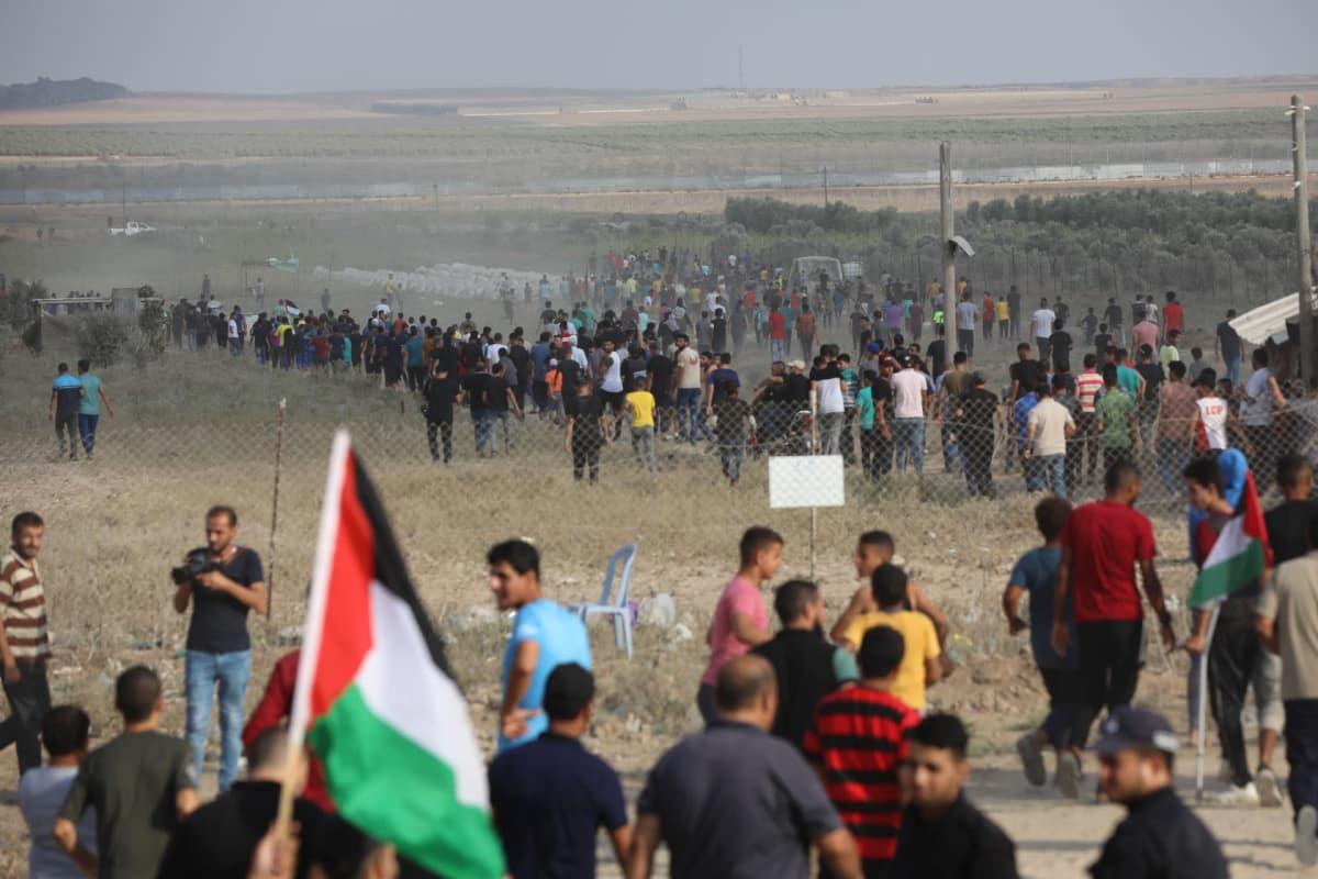 Palestiinalaiset osoittivat mieltä Gazan kaistan raja-aidalla.
