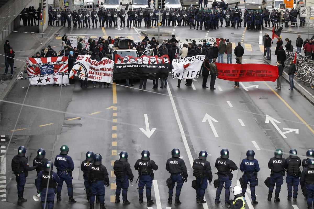 Maailman talousfoorumin vastainen mielenosoitus Bernin kaupungissa Sveitsissä.