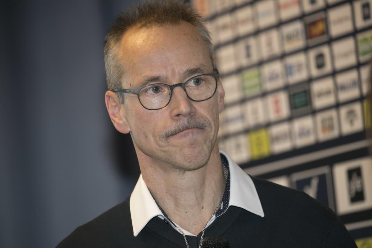 Naisleijonien päävalmentaja Pasi Mustonen kuvattuna joulukuussa 2019.