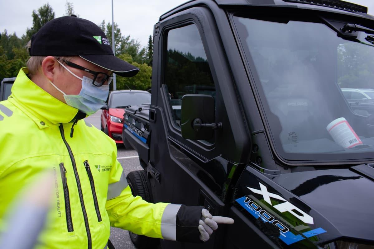 Liikenneturvan yhteyspäällikkö Elias Ruutti näyttää mahdollista kolarijälkeä.
