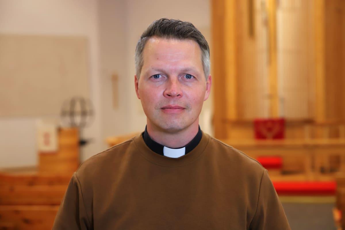 Rovaniemen seurakunnan vt. kirkkoherra Ilari Kinnunen kirkkosalissa.