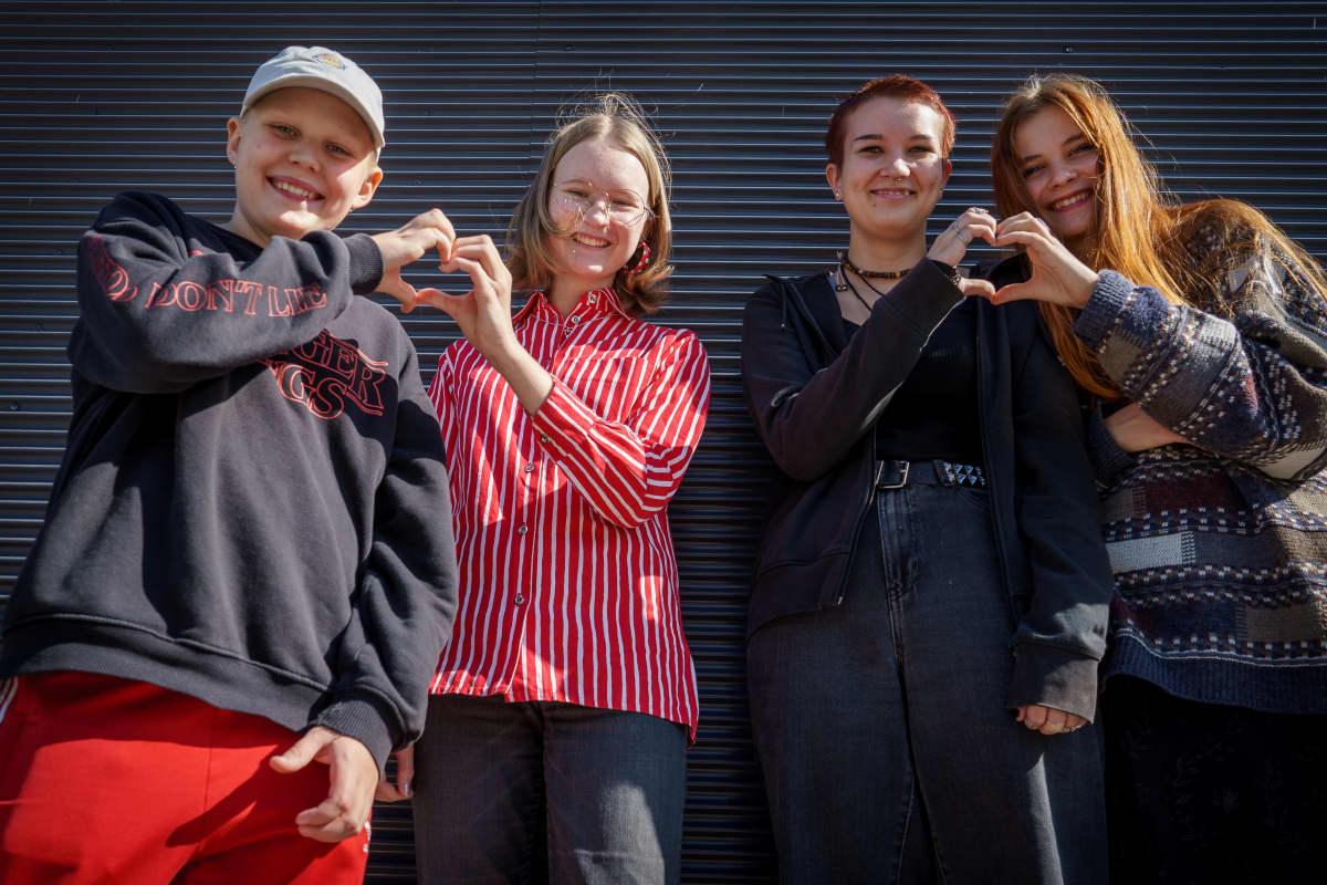 Arabian peruskoulun oppilaat Ahti Leppänen (8. lk.), Oona Tanner (8. lk.), Siiri Sievänen (9. lk.)ja Iida Aittapelto (9. lk.) tekevät käsillään sydänsymbolit.