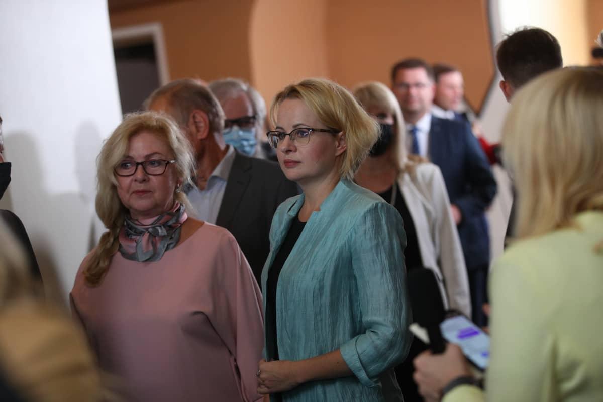 Kansanedustajat jonottavat äänestyslipukkeita Viron vuoden 2021 presidentinvaalissa.