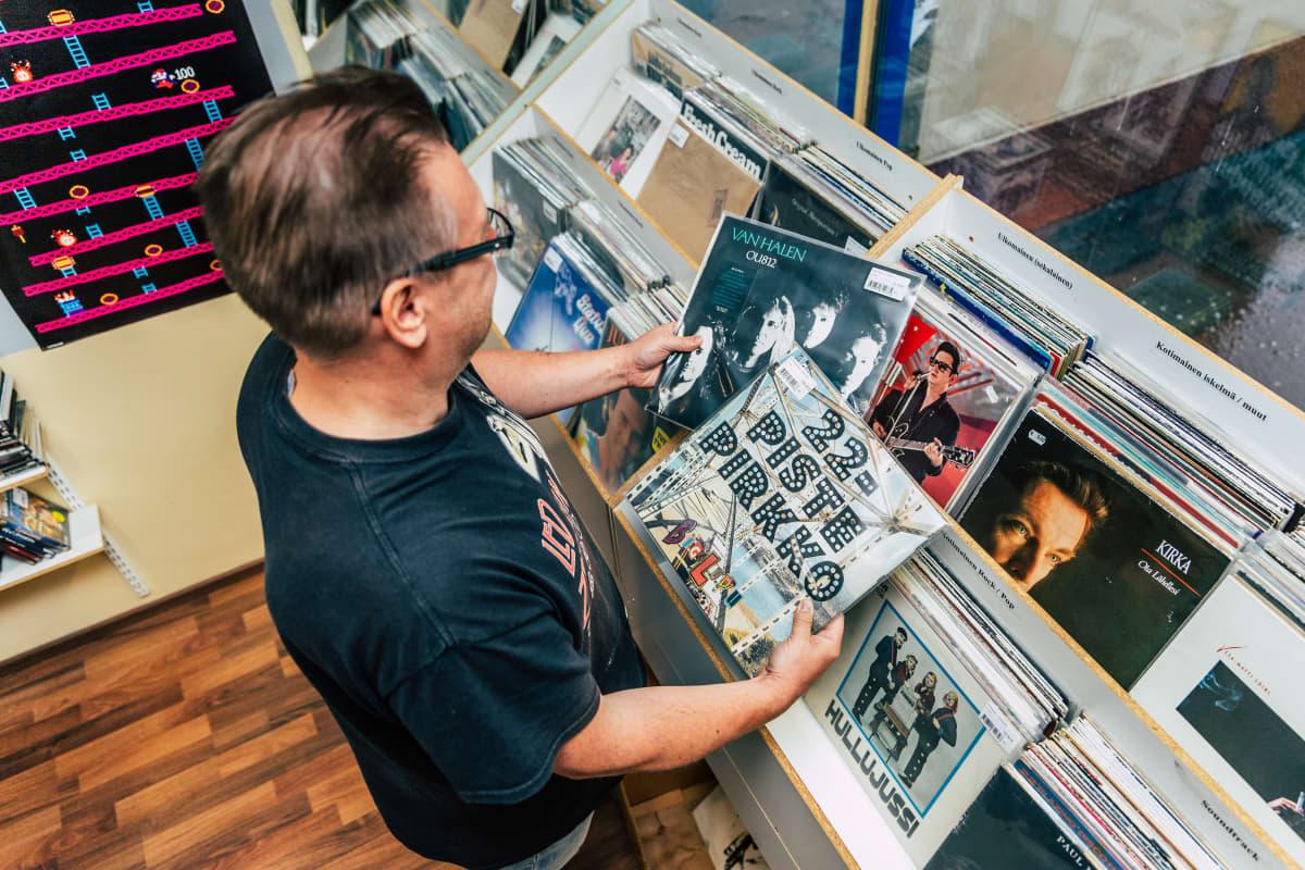 Mika Venäläinen kädessään 22-piste pirkko ja Van Halen -levy.