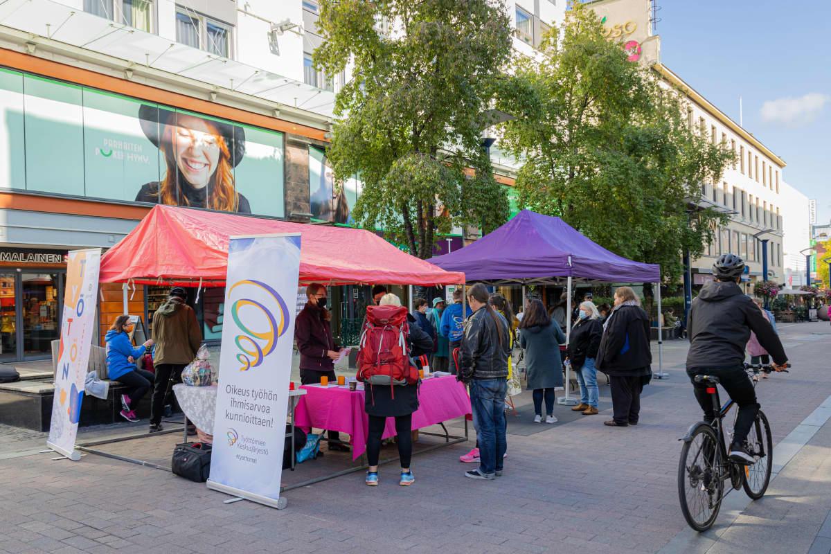 Hyvinvointia työttömille - Katutapahtuma meneillään Jyväskylän keskustassa.