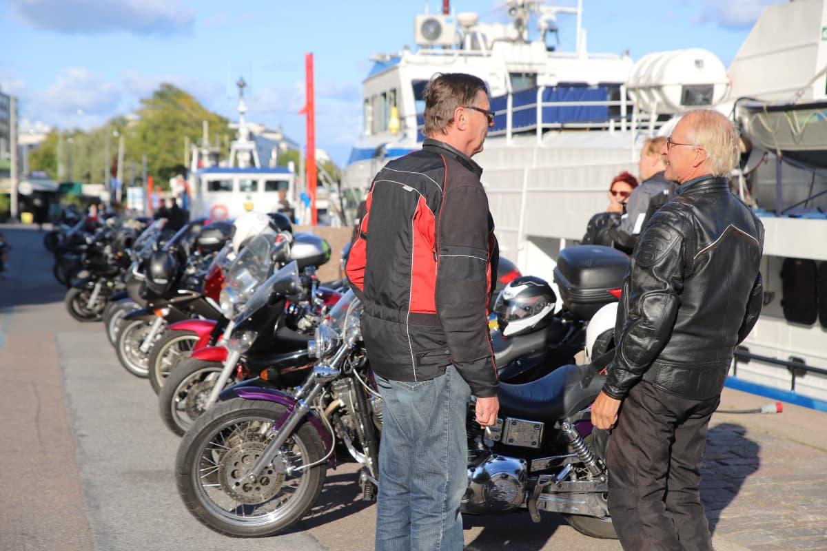 kaksi miestä ja moottoripyöriä