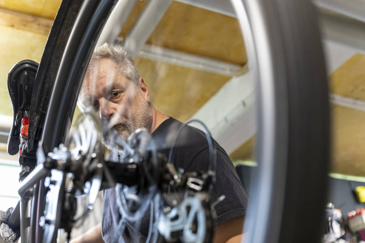 Vesa Korhonen tarkkailee huollettavan polkupyörän vaihteiden vaihtumista