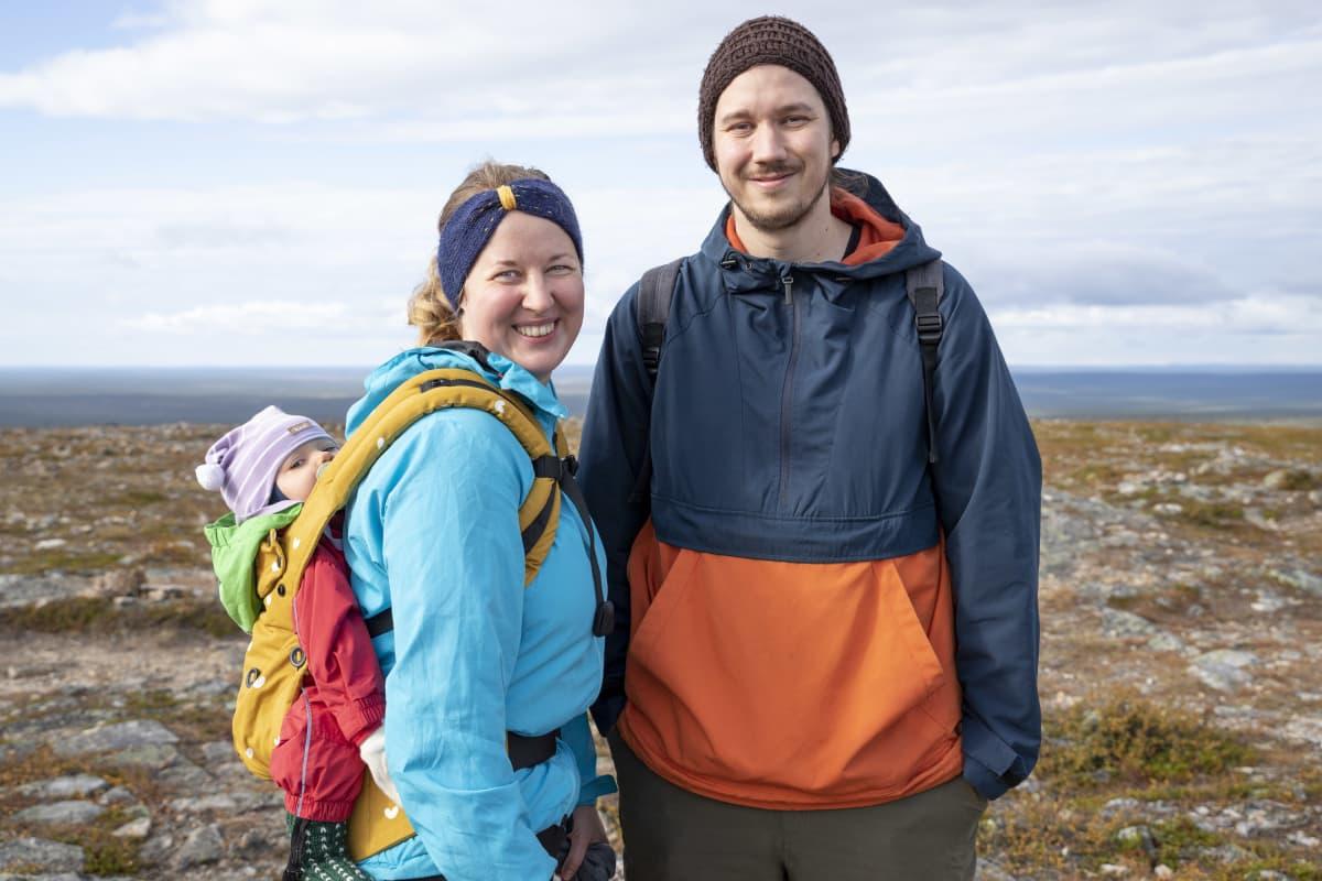 Tuuli ja Ville Laaksonen ovat lähteneet vaeltamaan Urho Kekkosen kansallispuistoon tyttärensä Ingan kanssa