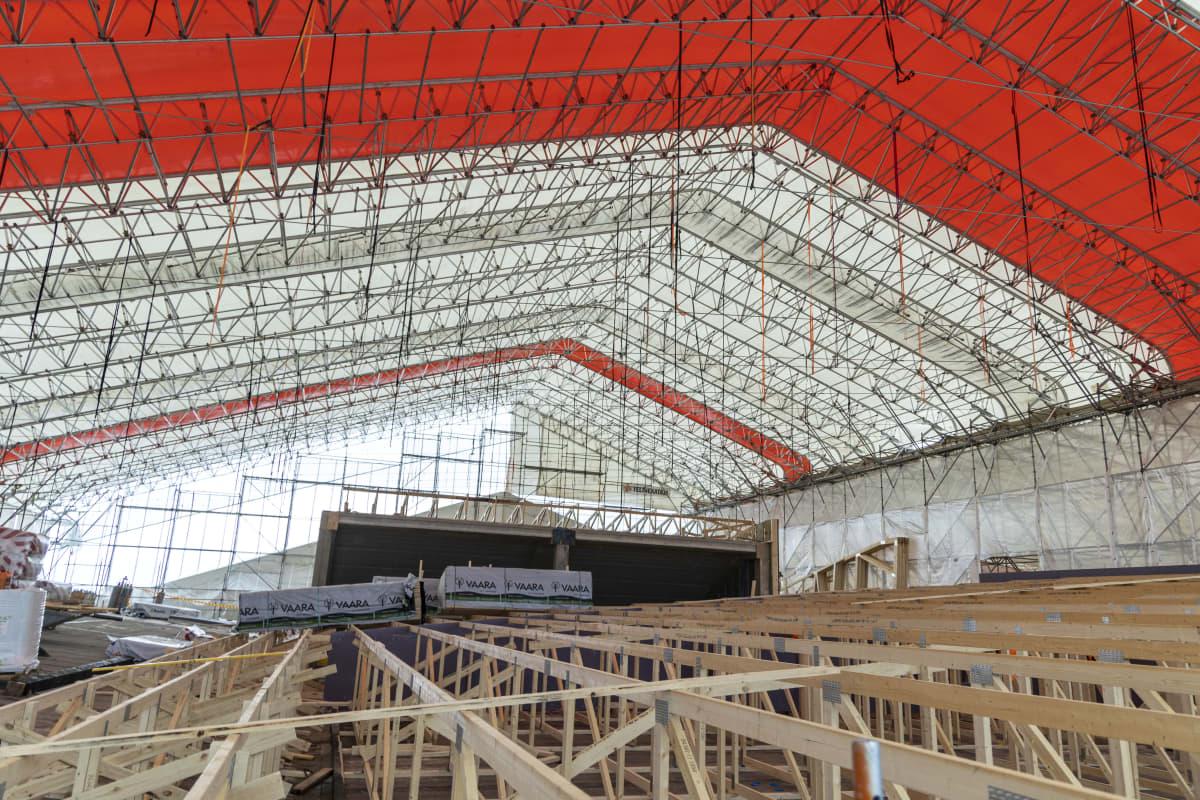 Taidelukio Lumitin työmaalla valmistuu puurakenteinen katto
