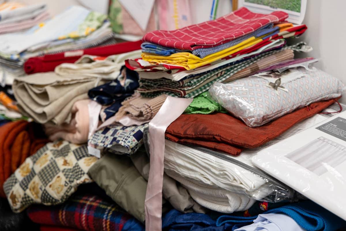 Kierrätykseen annettuja vaatteita pinossa Saimaan Virrran tiloissa Imatralla.