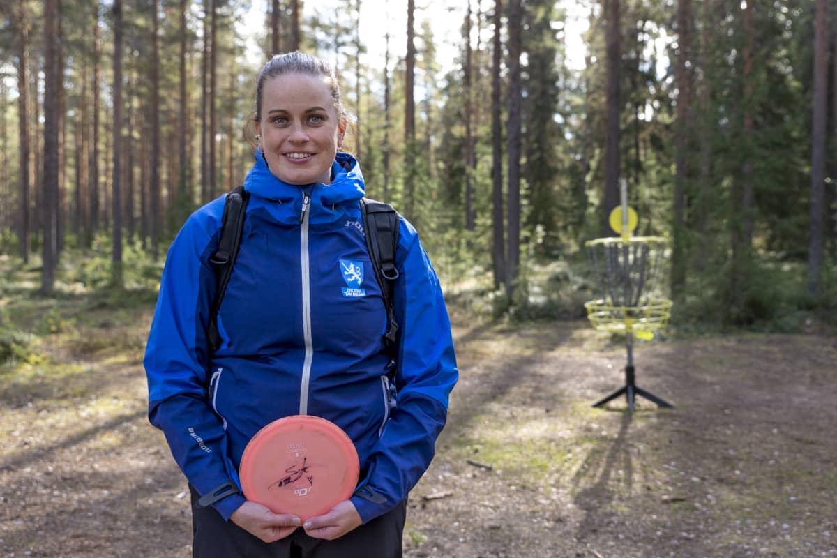 Rovaniemeläinen Terhi Tuorilainen harjoittelemassa Rovaniemen frisbeegolf-radalla