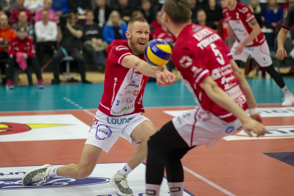 Mikko Esko vastaanottaa palloa.