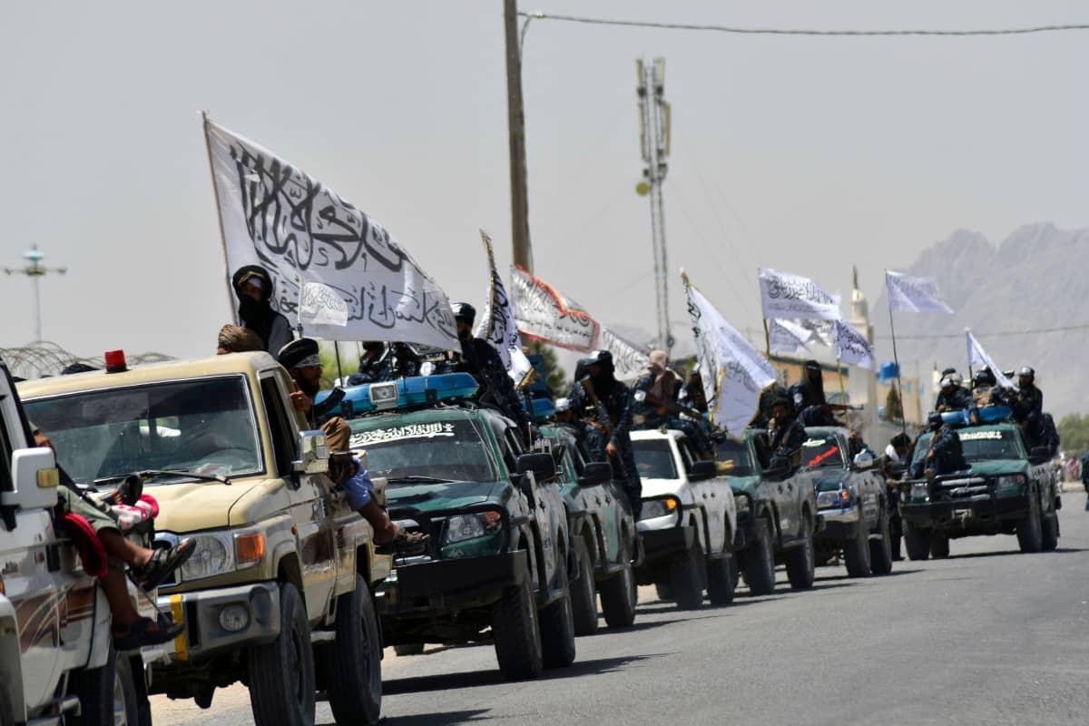 Taliban sotilaita liputtavat autoista.