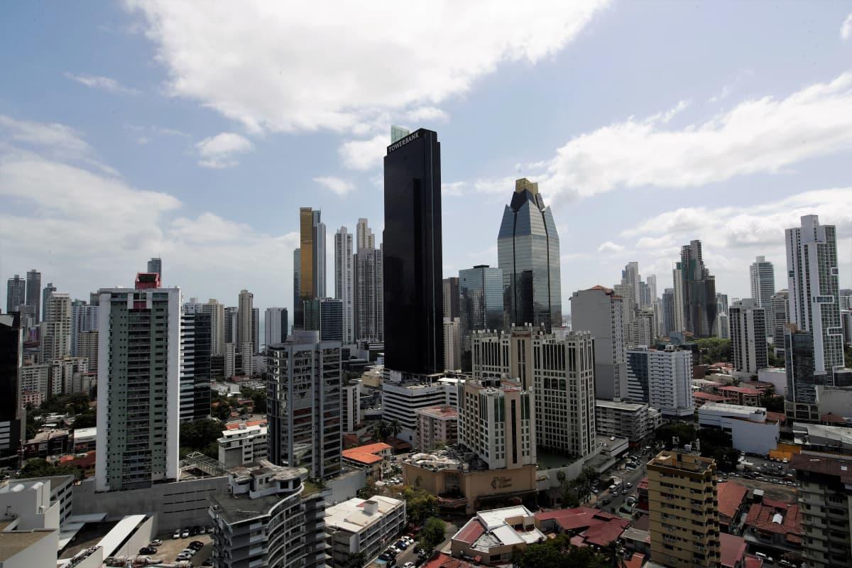 Maisema Panaman pankkikeskuksesta. Kuvan keskellä on rykelmä pilvenpiirtäjiä, joista korkein on mustanpuhuva.