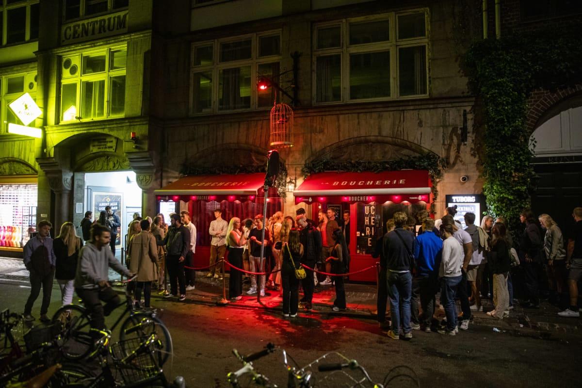 Ihmisiä yökerhon edessä Kööpenhaminassa.