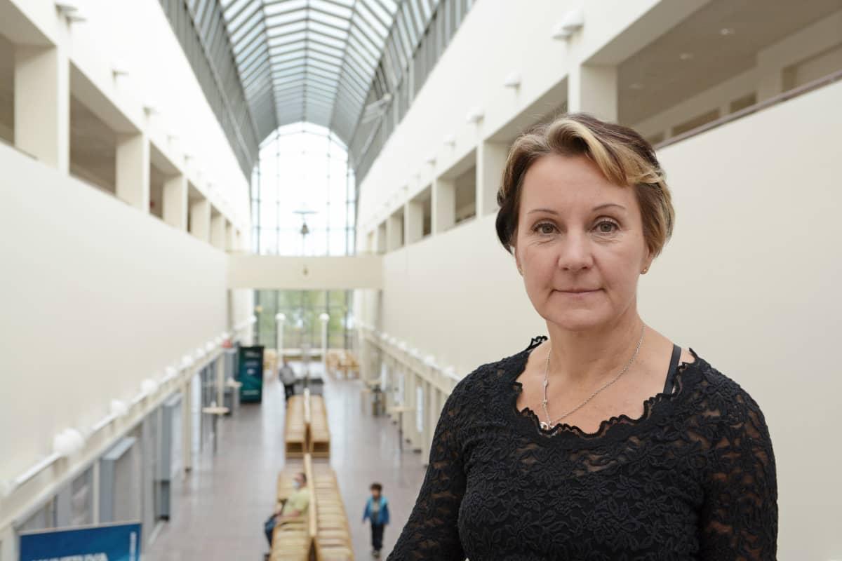 Nainen seisoo tiedekeskus Arktikumin käytävällä Rovaniemellä