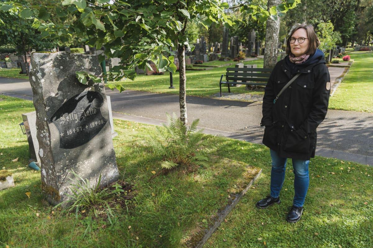 Marja-Liisa Rajaniemi ja Selly Aallon hautakivi hautausmaalla.