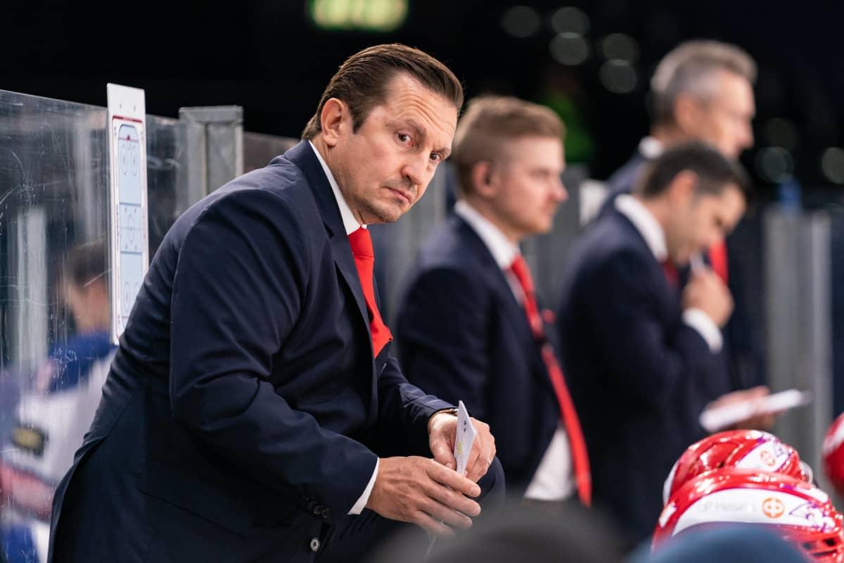 Ville Peltonen bakom HIFK:s avbytarbänk.