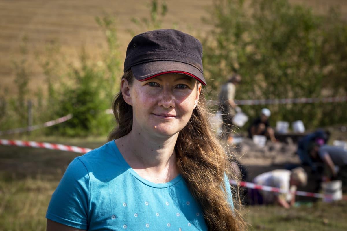 Kristin Ilves katsoo kameraan Ahvenanmaan arkeologisilla kaivauksilla.