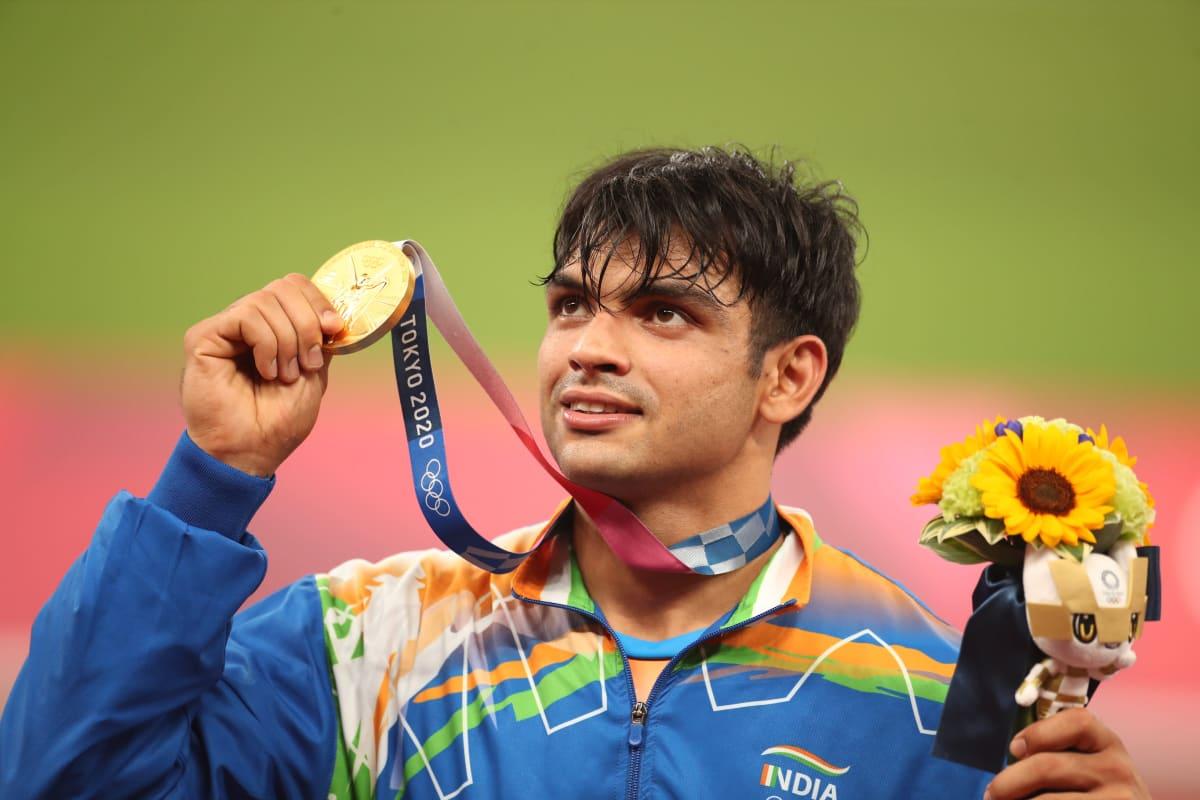 Neeraj Chopra Intiasta poseeraa olympiakultamitalin kanssa.