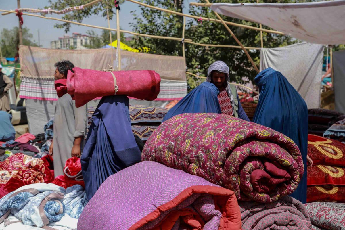 Kabulissa myytiin käytettyjä kodin tavaroita. Maasta pakenemista suunnittelevat tai ruokarahaa tarvitsevat ihmiset ovat myyneet irtaimistoaan käteisen toivossa.