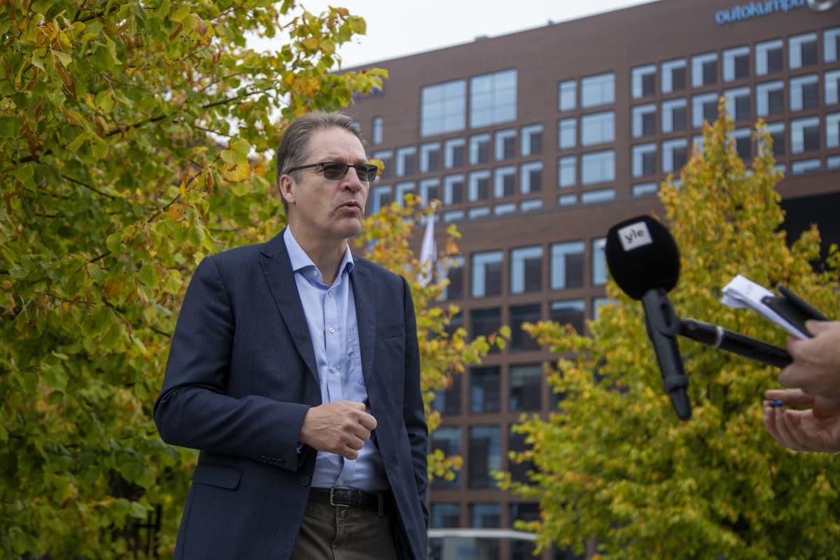 Työeläkevakuutusyhtiö Varman toimitusjohtaja Risto Murto antaa haastattelua pääkonttorin edessä.