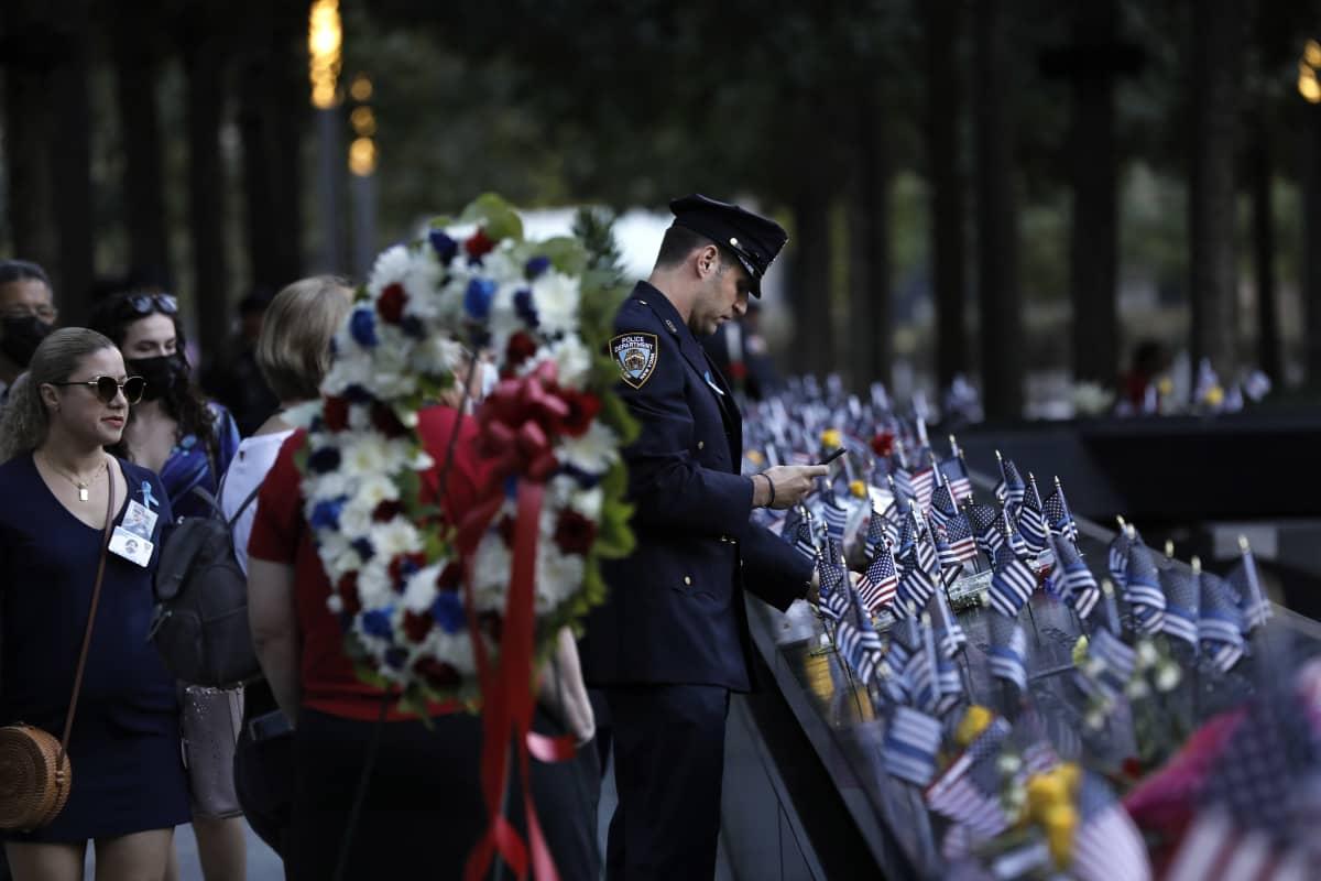 Poliisi vierailemassa menehtyneiden muistopaikalla.