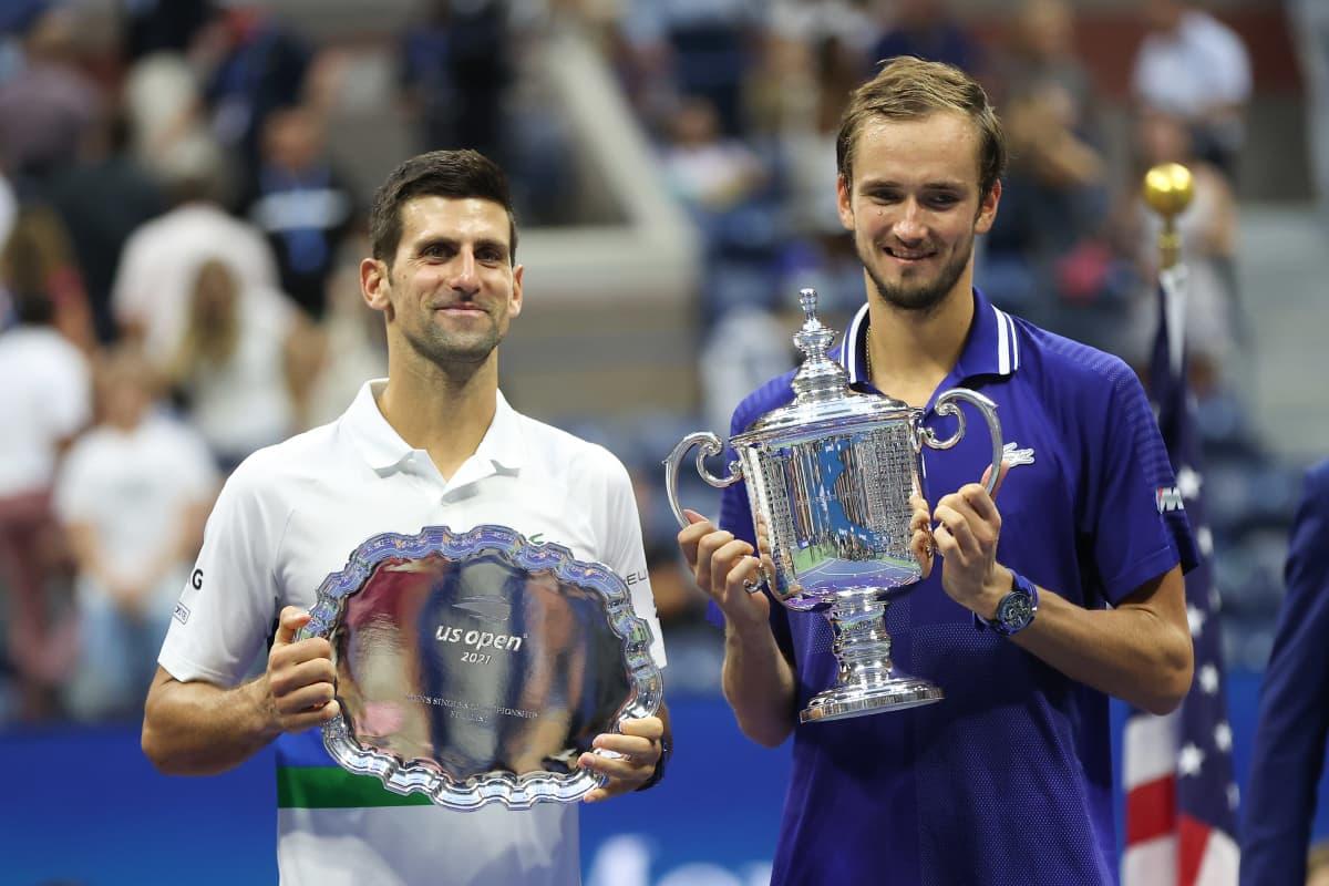 Novak Djokovic ja Daniil Medvedev palkintoseremoniassa