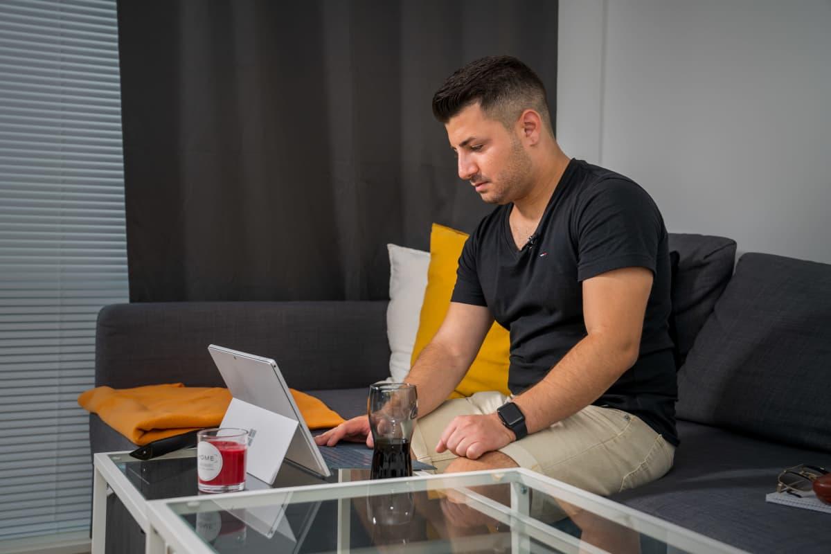 Eric Rimon istuu kannettavan tietokoneen äärellä